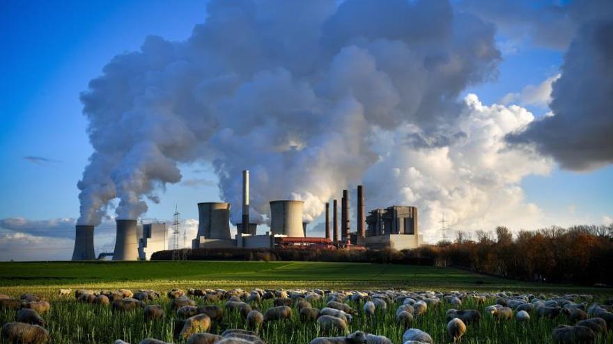 Varias columnas de humo se desprenden de una fábrica en Bergheim (Alemania).