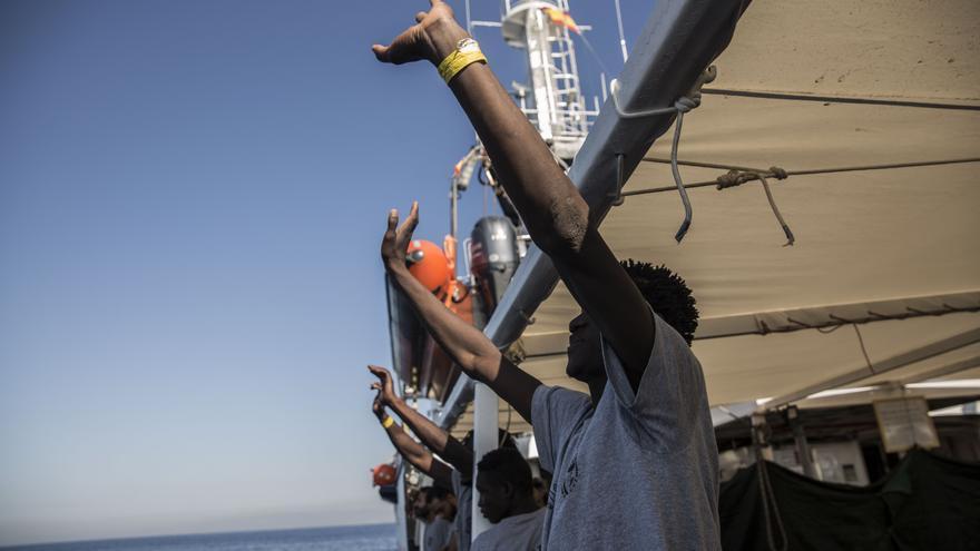 Uno de los hombres rescatados por Open Arms celebra que queda poco para llegar a Barcelona.