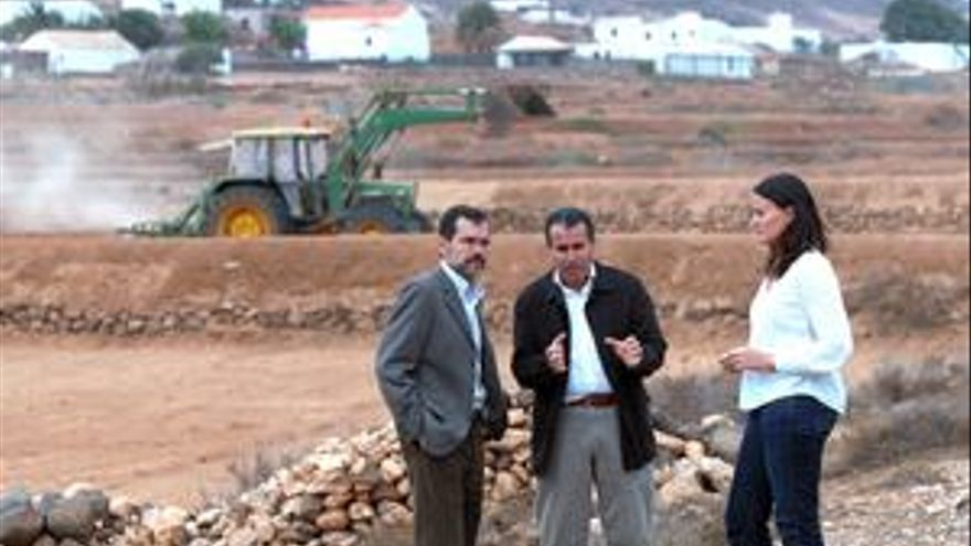 Natalia Évora, consejera de Agricultura, Ganadería y Pesca junto al presidente del Cabildo, Mario Cabrera y Marcial Morales. (CANARIAS AHORA)