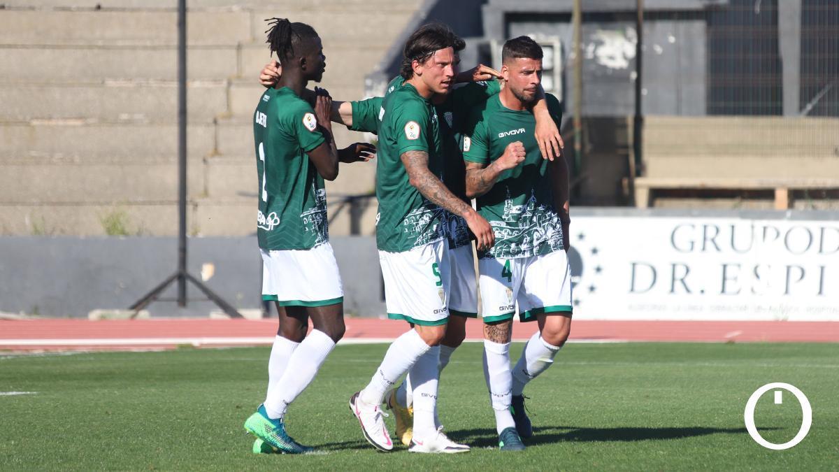 Los jugadores del Córdoba celebran un gol en La Línea.