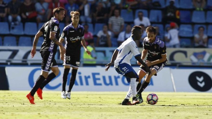 El jugador del CD Tenerife, Amath N'Diaye, durante una jugada frente al Valladolid.