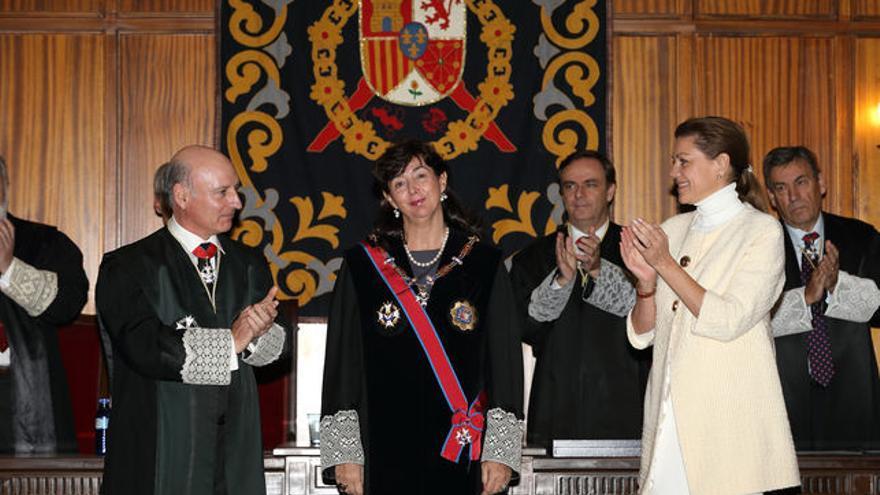 María Dolores de Cospedal aplaude a Concepción Espejel tras condecorarla.