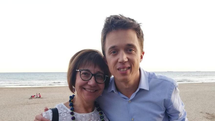 El candidato de Més Compromís-Más País junto a Mari Carmen, militante de Castellón