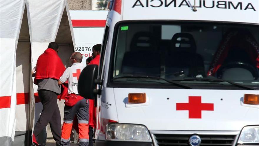 Uno de los 22 inmigrantes que fueron rescatados es atendido por voluntarios de Cruz Roja tras haber desembarcado en el muelle de Arguineguín, en el municipio grancanario de Mogán. EFE/Elvira Urquijo A.
