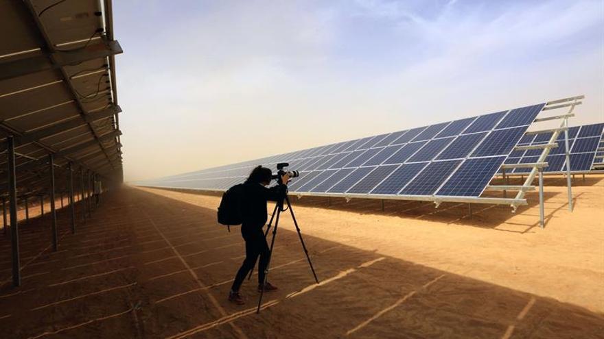 Una planta solar alimenta las esperanzas de refugiados sirios en un campamento jordano