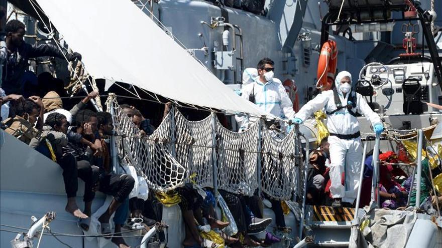 Varios supervivientes llegan al puerto de Salermo (Italia) tras haber sido rescatados en el Mediterráneo./ EFE.