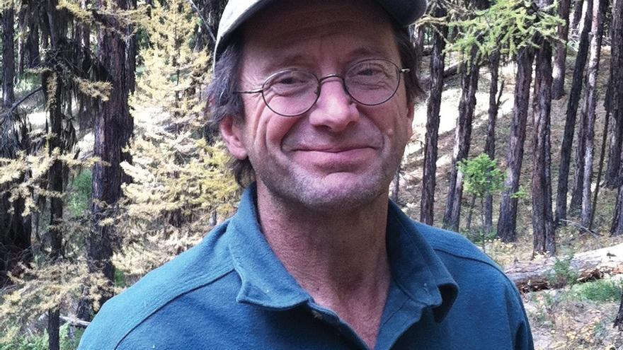 El escritor Rick Bass en los bosques del valle del Yaak.