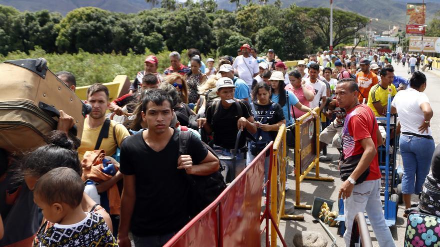 Venezolanos cruzan la frontera con Colombia el 26 de julio hacia Cúcuta.