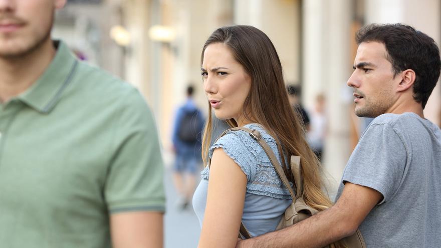 Ahora, ella es la que mira a otro y provoca celos en su pareja