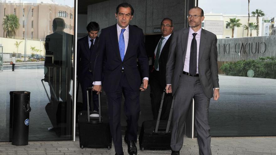 Pablo Abril-Martorell (izquierda), saliendo de la Ciudad de la Justicia en compañía de su abogado, Nicolás González-Cuéllar.