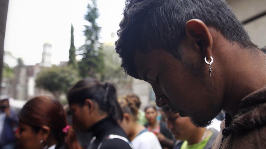 """Integrantes de la segunda caravana de migrantes centroamericanos rumbo a Estados Unidos arriban a la Basílica de Guadalupe para dar gracias a la virgen hoy en Ciudad de México (México). Con el ánimo de hacer sus peticiones ante la """"virgen morena"""" o aferrados a las promesas que hicieron en sus países de origen, un millar de migrantes pertenecientes a la segunda caravana acudieron a la Basílica de Guadalupe, donde esperan obtener ayuda para llegar a la frontera con Estados Unidos. Unos 1200 migrantes llegaron en las ultimas 24 horas al estadio deportivo luego de que la primera caravana abandonara el lugar para reiniciar su trayecto rumbo a Estado Unidos, el pasado sábado."""