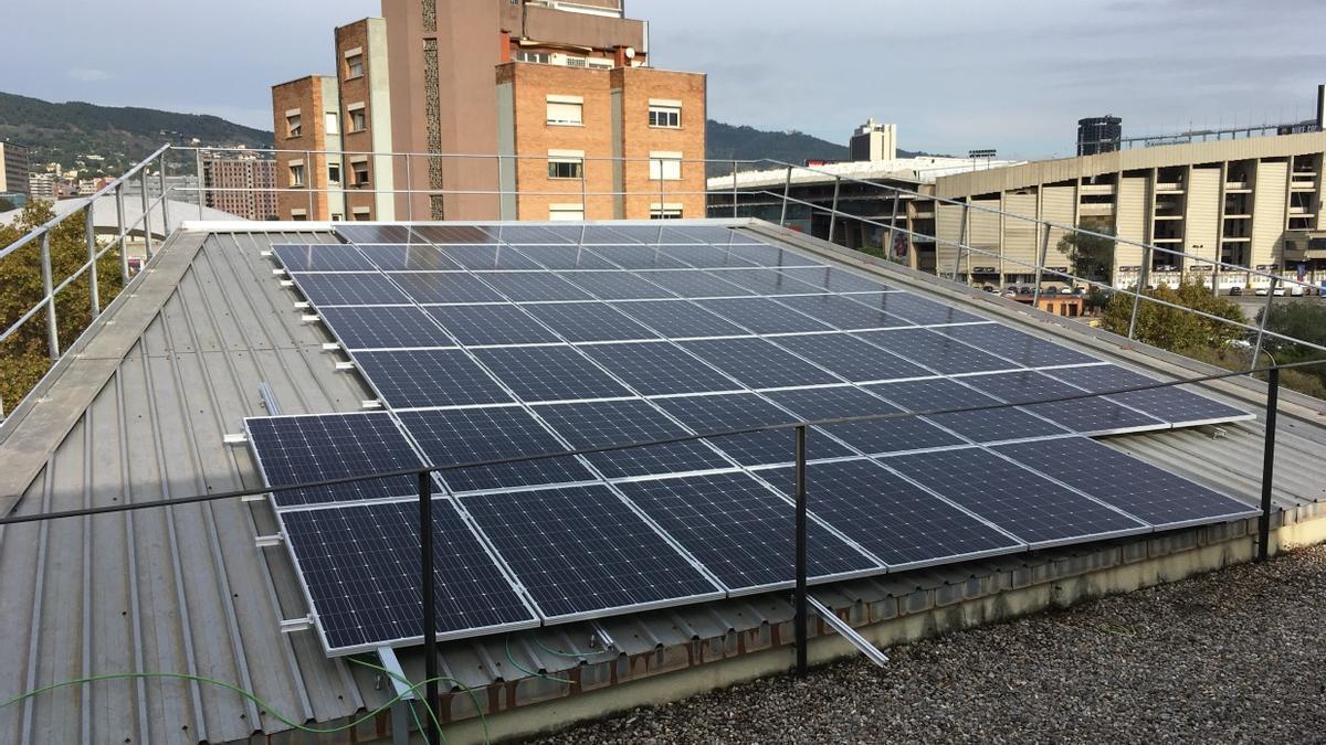 Una de las azoteas de Barcelona en las que el Ayuntamiento ha instalado placas fotovoltaicas
