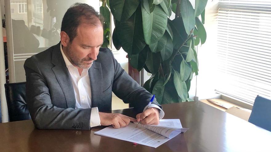 El Delegado de Desarrollo Urbano, Mariano Fuentes, en el momento de firmar el convenio de cesión