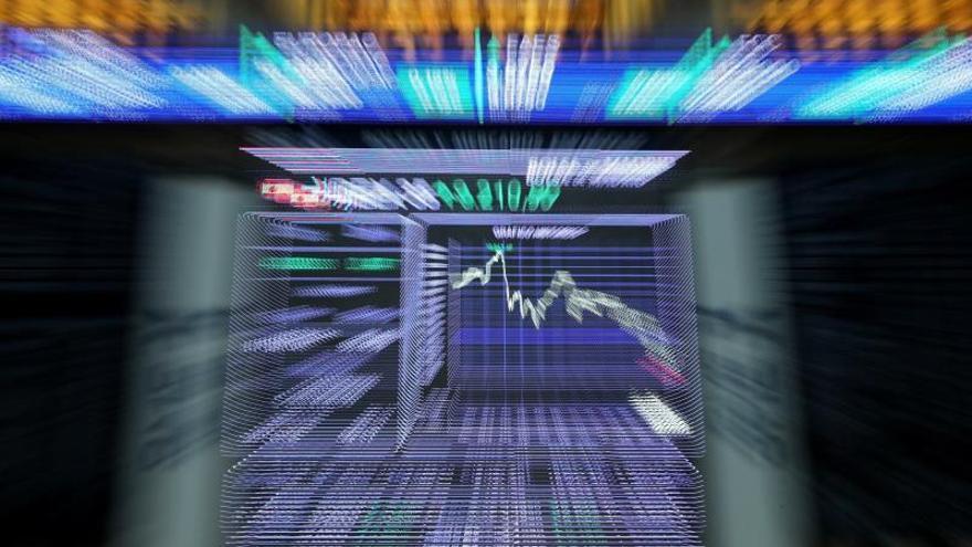 El IBEX 35 cae un 0,10 % a mediodía afectado por el resto de Europa