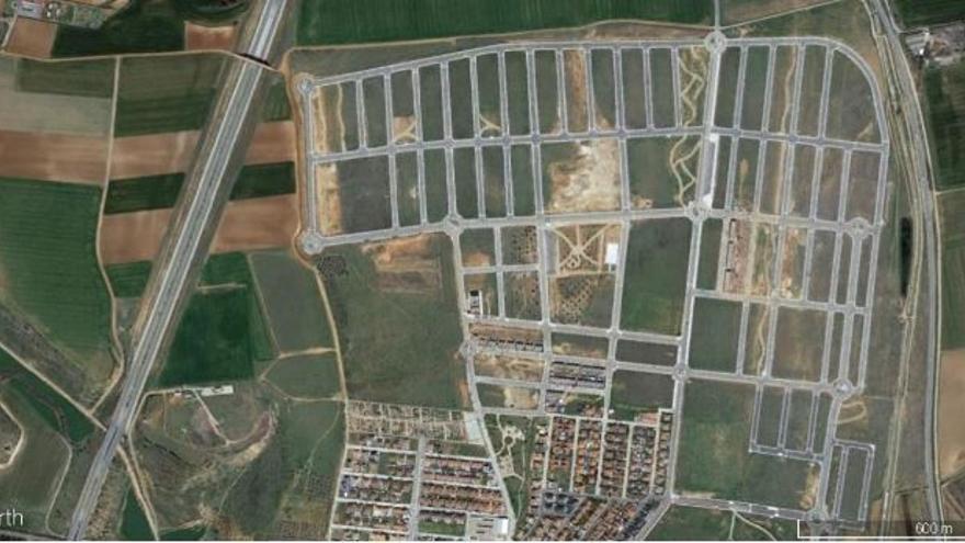 Autopista Radial 2 a su paso por Cabanillas del Campo (Guadalajara). En la realidad paralela, todas esas manzanas vacías están llenas de casas.  Fuente: Google Earth.
