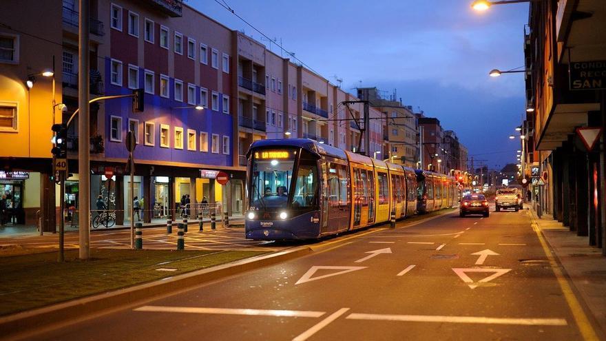 Tranvía doble en la avenida de la Trinidad de La Laguna, en una imagen de archivo