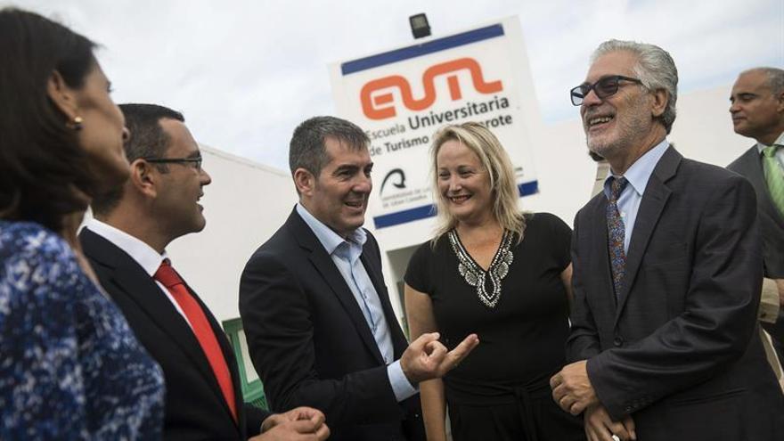 El Presidente del Gobierno de Canarias, Fernando Clavijo (3i), inaugura el curso universitario en la Escuela Universitaria de Turismo de Lanzarote, en su primera visita oficial a la isla como presidente. EFE/JAVIER FUENTES.