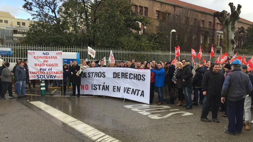 Más de un centenar de personas exige la subrogación de la plantilla de Mego en la nueva contrata de Solvay