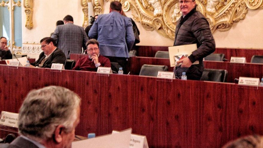 El diputado provincial Antonio Pozo se levanta en el pleno de la Diputación de Badajoz / Diputación