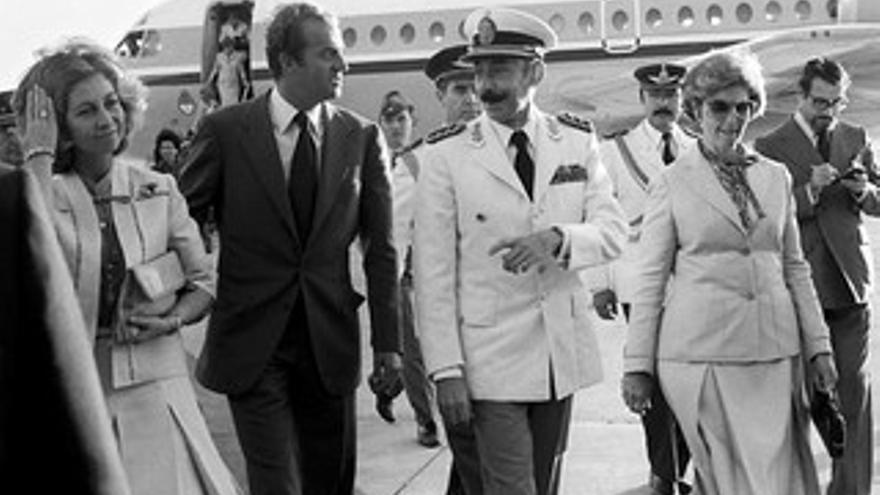 Los Reyes reciben al dictador argentino Videla.