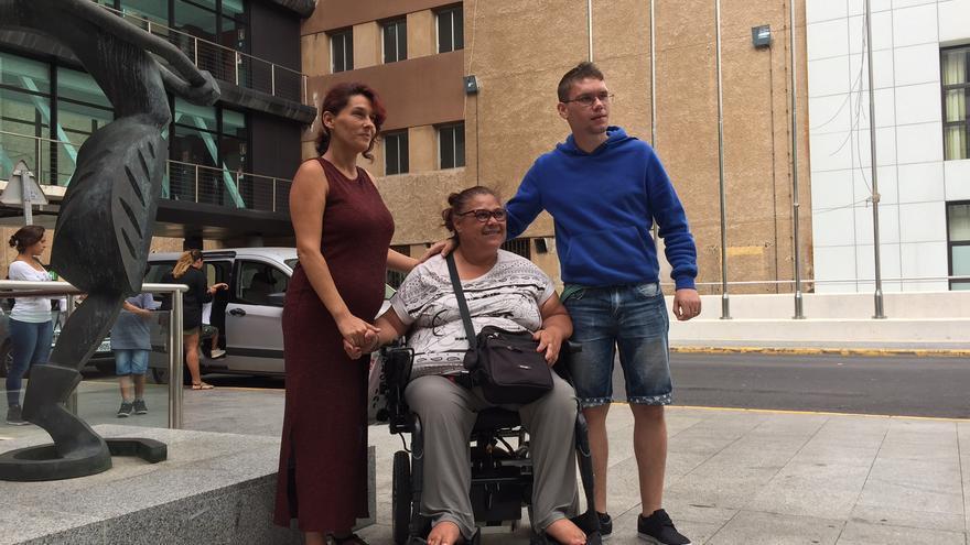La familia compuesta por Vanesa Abejes, Irene Falcón y Alberto Airán Padrón.