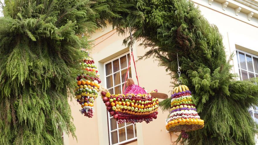 Imagen de archivo de los ramos de fruta en honor a San Pedro.