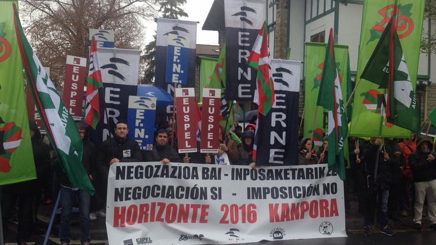 Concentración este martes de los sindicatos de la Ertzaintza frente a Lehendakaritza.