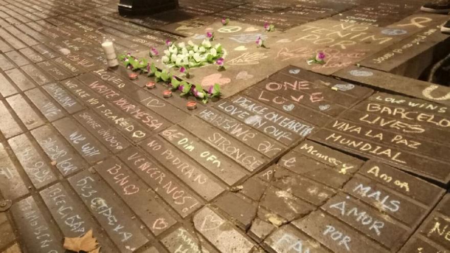 Mensajes de paz y afecto en el suelo de la ciudad condal