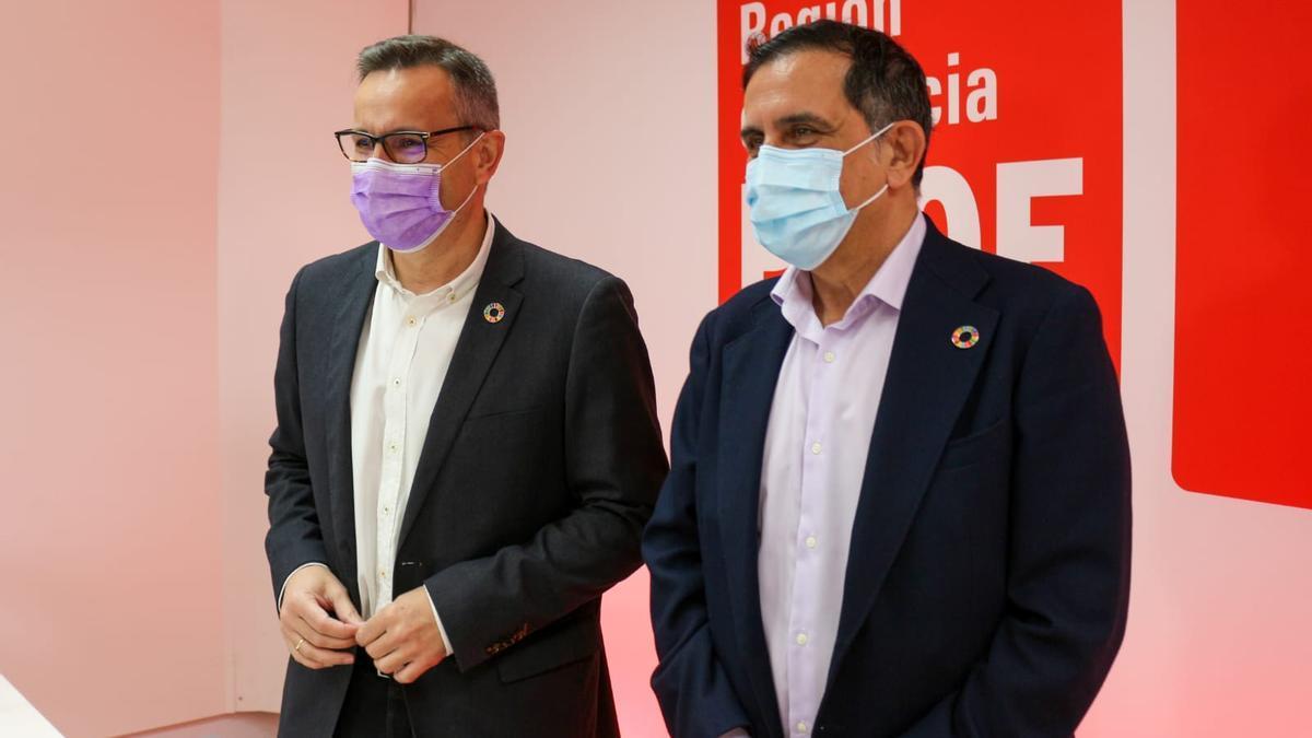 Diego Conesa junto al nuevo alcalde de Murcia, José Antonio Serrano, en el Comité Regional del PSRM-PSOE