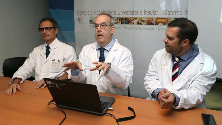 El jefe de Servicio de Otorrinolaringología del Hospital Insular Materno Infantil de Gran Canaria, Ángel Ramos (c); el jefe del Servicio de Neurocirugía, Daniel Pons (d); y el responsable del Area de Rinología del Servicio de Otorrinolaringología, Ramón Vasallo (i)