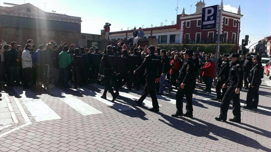La Policía en la Plaza de España de Alcázar de San Juan