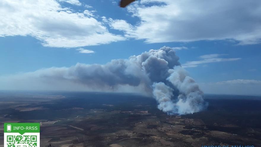 Desplegados 23 medios aéreos y 130 efectivos del Infoca para sofocar el incendio de Paterna