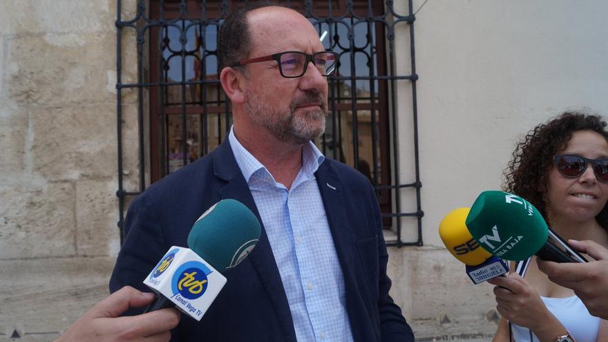 Emilio Bascuñana, alcalde de Orihuela, atiende a los medios de comunicación.