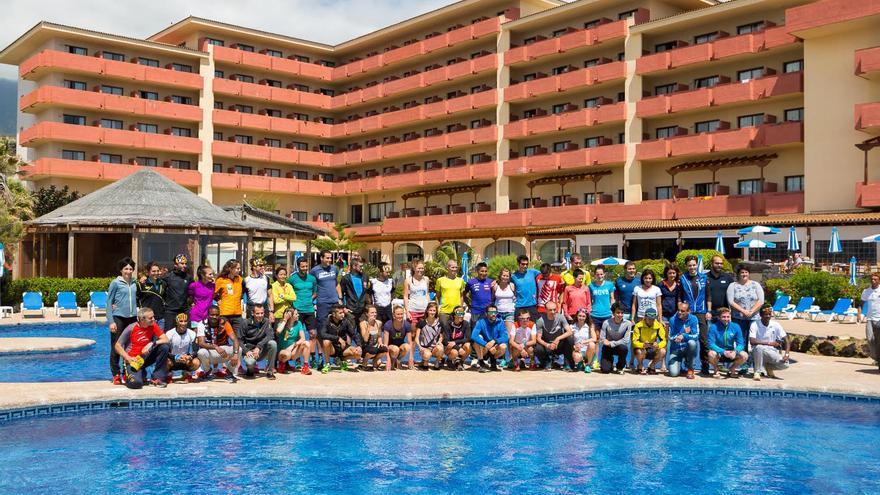 Foto de familia de los corredores y corredoras destacados de la Transvulcania Naviera Armas en el Hotel H10 Taburiente Playa de Los Cancajos (Alex Díaz/Transvulcania).