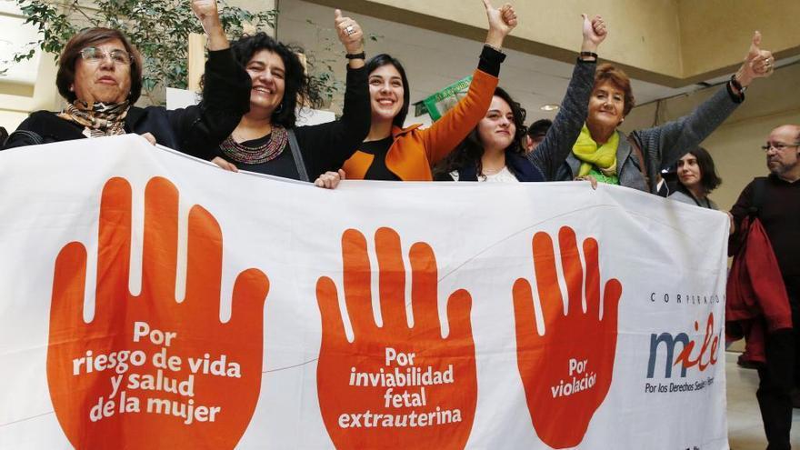 Claudia Dides (segunda por la izquierda) y otras activistas celebran la ley del aborto en Chile.