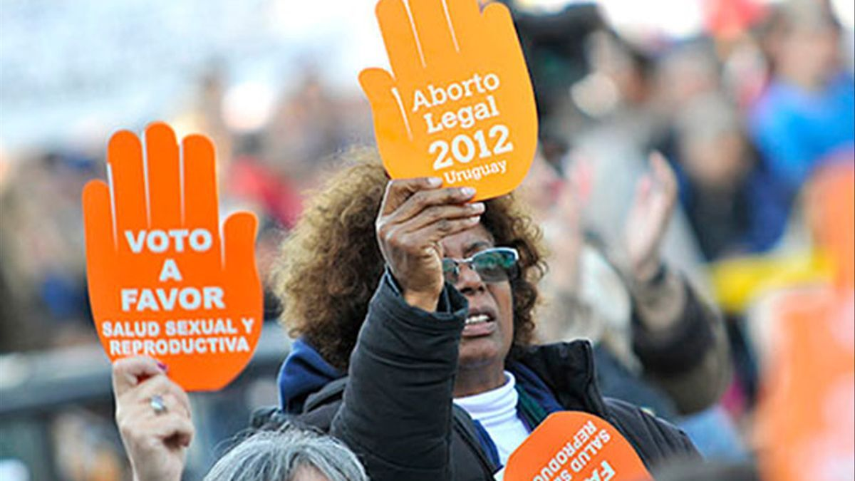 Mujeres uruguayas se manifiestan a favor del aborto legal en 2012