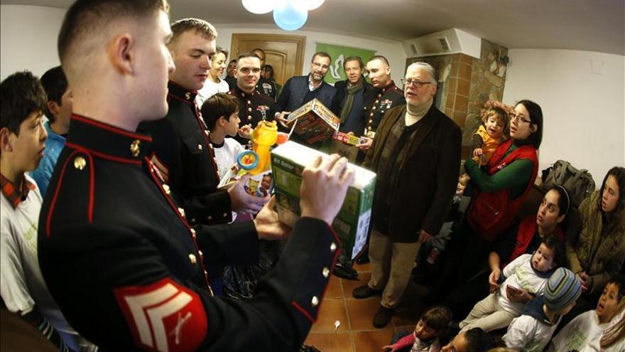 Marines y el embajador de EEUU entregan juguetes a niños en Madrid