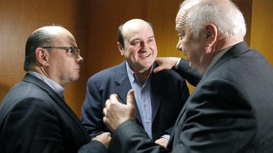 El presidente del PNV, Andoni Ortuzar (c), conversa con el consejero de la Presidencia del Gobierno de Canarias, José Miguel Barragán (i), y el presidente de la Autoridad Portuaria de Santa Cruz de Tenerife, Ricardo Melchior