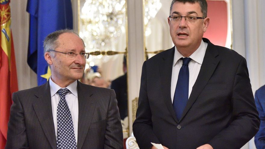 El director de la agencia valenciana antifraude, Joan Llinares, junto al presidente de las Corts, Enric Morera