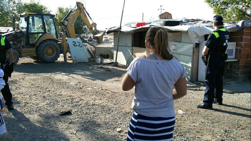 Una menor observa las tareas de derribo en el poblado chabolista de El Gallinero, este 6 de julio. | Foto cedida por Miguel Ángel Vázquez.