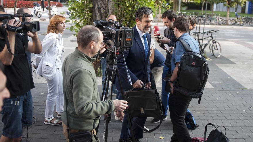 El fiscal, Josu Izaguirre, con los medios de comunicación