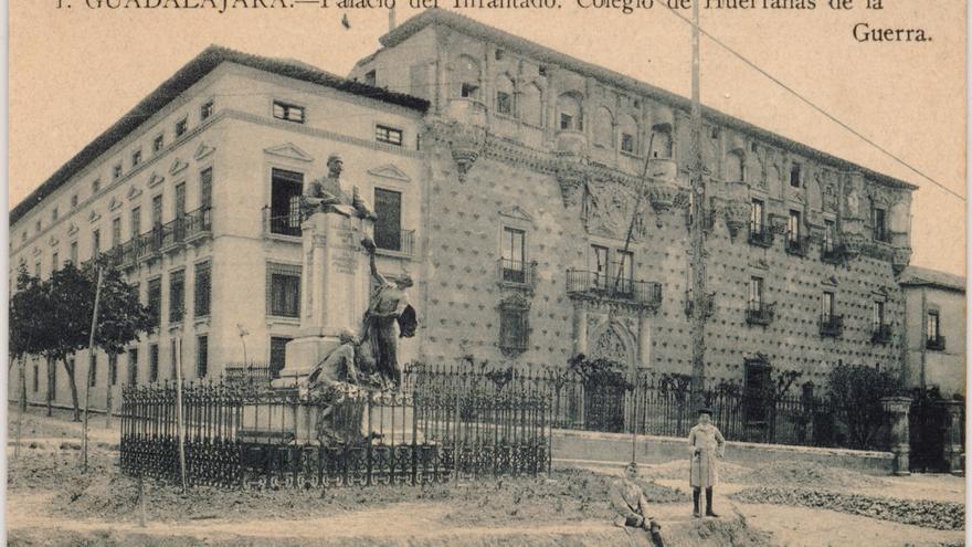 La llamada entonces plaza del Conde, a la que se asomaban el palacio y la Academia de Ingenieros militares (destruida en un incendio fortuito en 1924)
