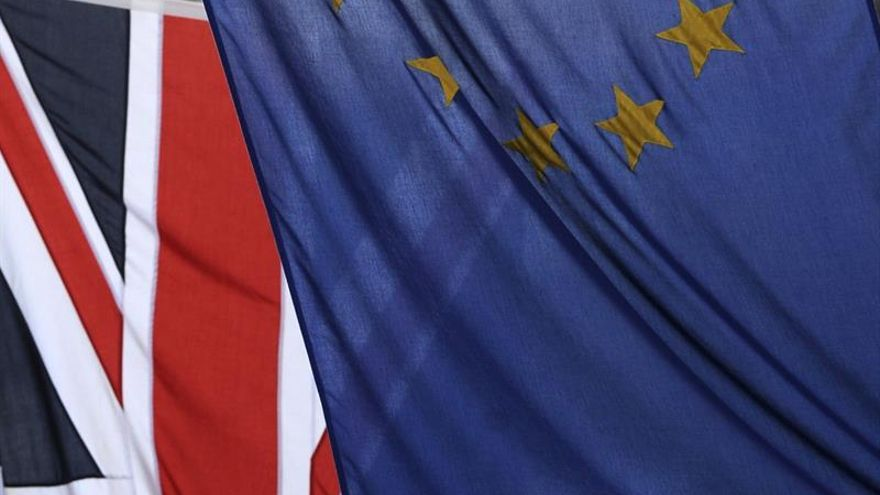 """La permanencia británica en la UE aventaja en 15 puntos al """"brexit"""", según un sondeo"""