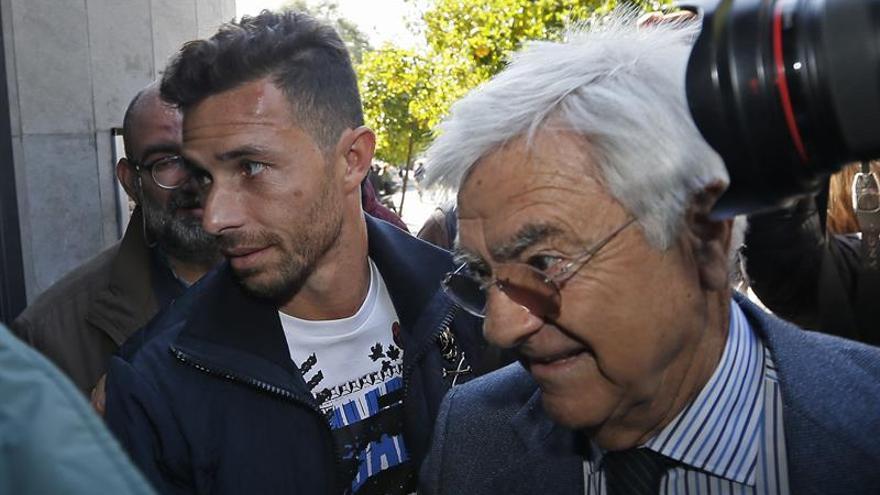 El delantero del Real Betis Rubén Castro (i), acompañado por su abogado Francisco Baena Bocanegra.