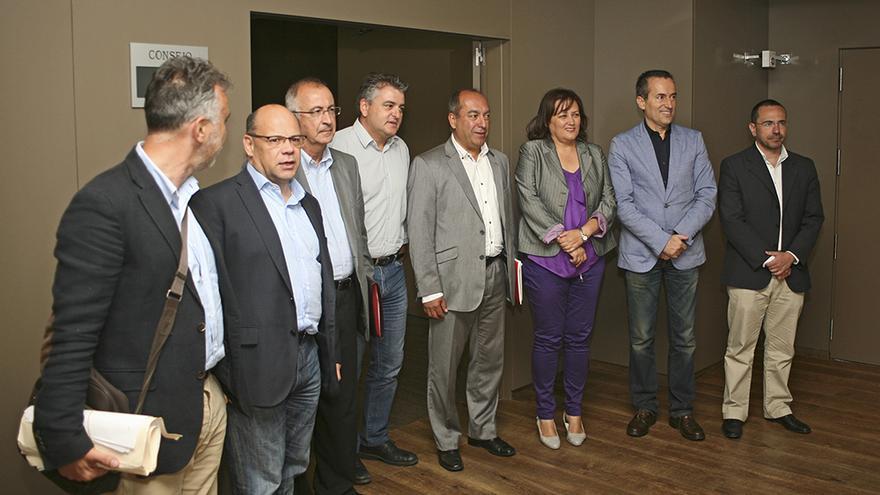 Miembros de la comisión negociadora del pacto entre CC y PSOE en Canarias. (Foto: Alejandro Ramos).