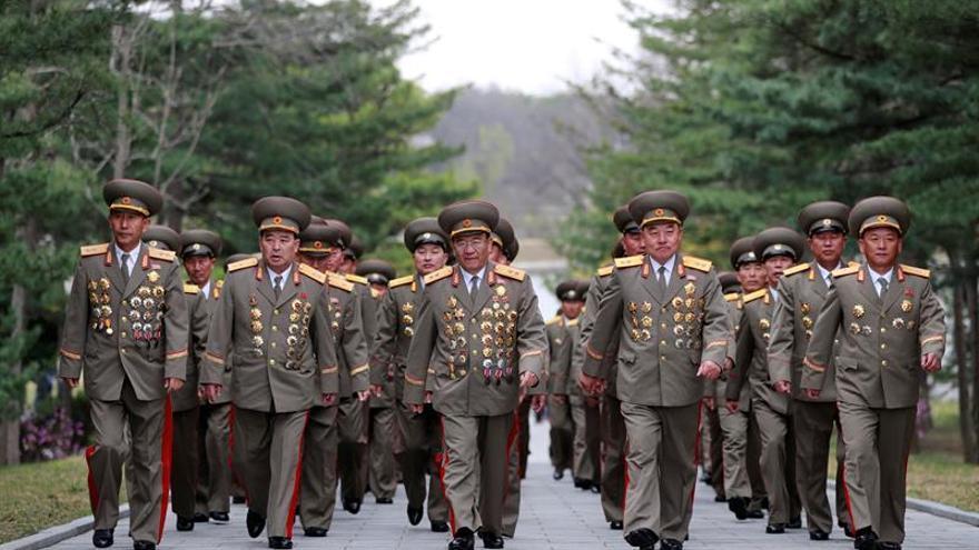 Pyongyang exhibe un posible nuevo misil de largo alcance en desfile militar