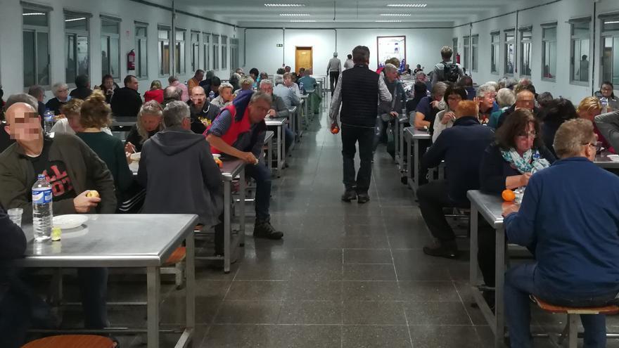 Los turistas en el comedor del acuartelamiento El Fuerte.