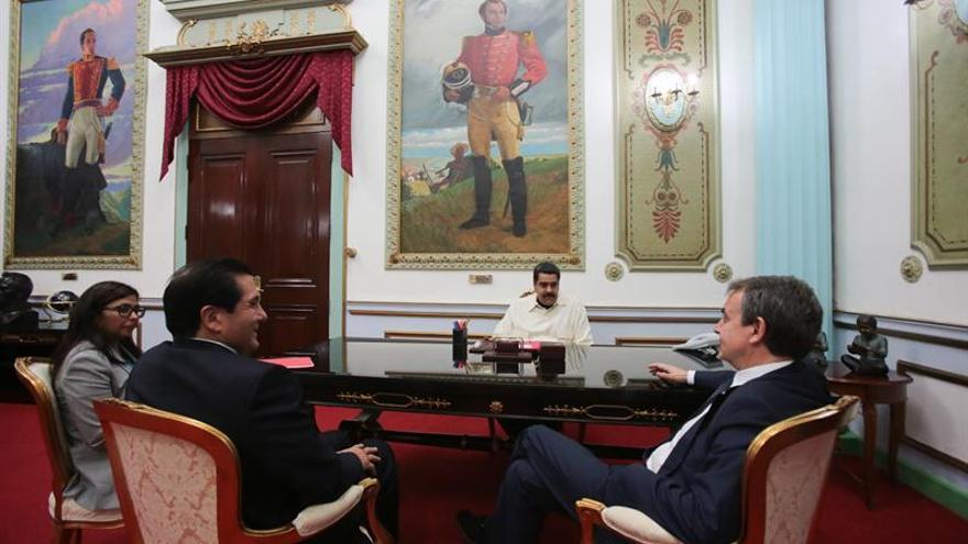 Maduro sostiene una reunión con los expresidentes Zapatero y Torrijos