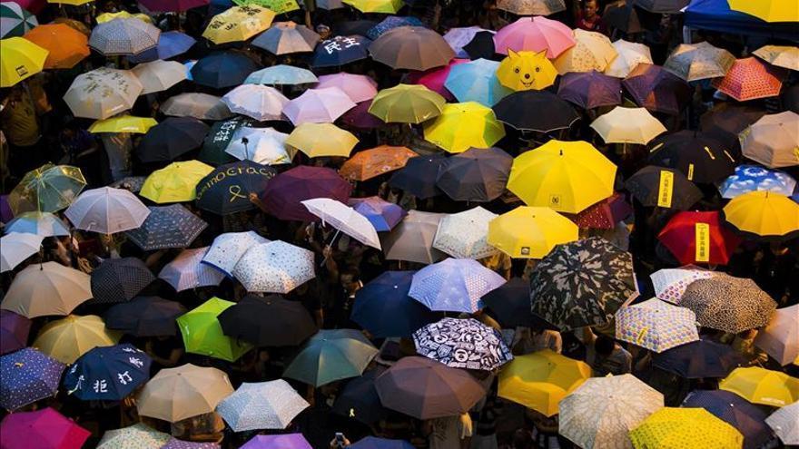 Estudiantes de Hong Kong ayudan a desalojo pacífico de una zona de protesta