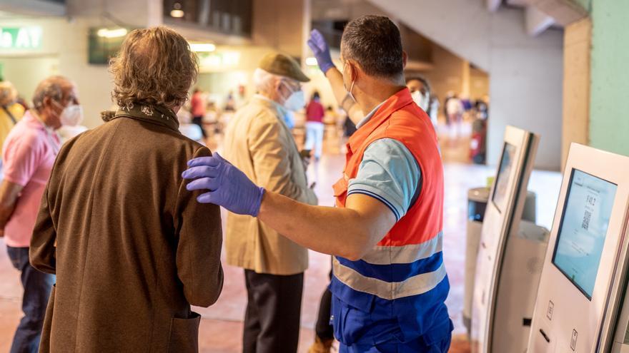 Una hombre  de Protección Civil, dirige a las personas que van a recibir la vacunar contra el Covid-19, a 28 de abril de 2021, en el Estadio de la Cartuja, en Sevilla, (España